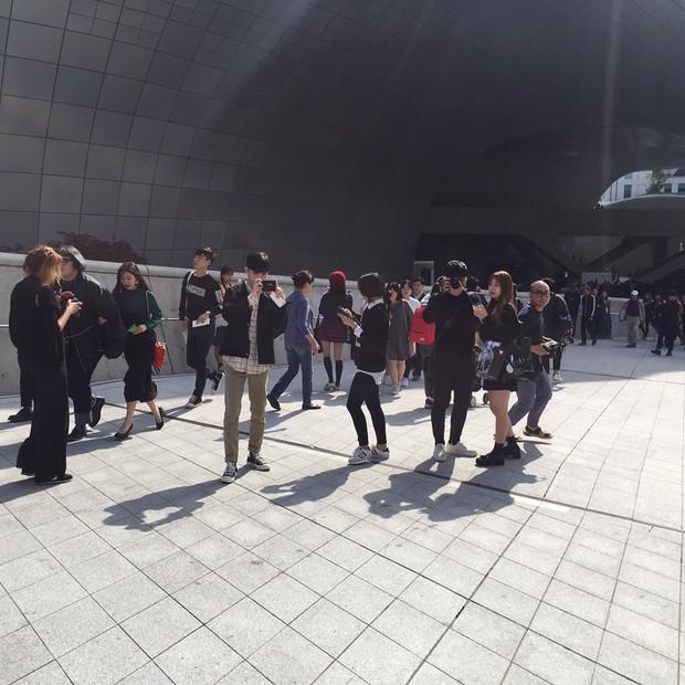Hoàng Ku, Châu Bùi, Cao Minh Thắng & các fashionista Việt nổi không kém fashionista Hàn tại Seoul Fashion Week - Ảnh 24.