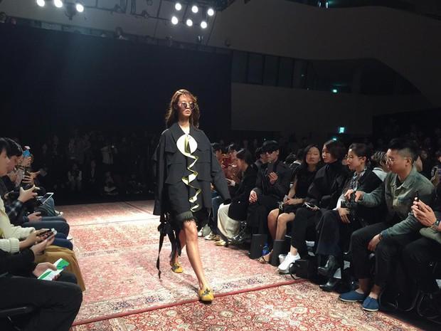 Hoàng Ku, Châu Bùi, Cao Minh Thắng & các fashionista Việt nổi không kém fashionista Hàn tại Seoul Fashion Week - Ảnh 26.