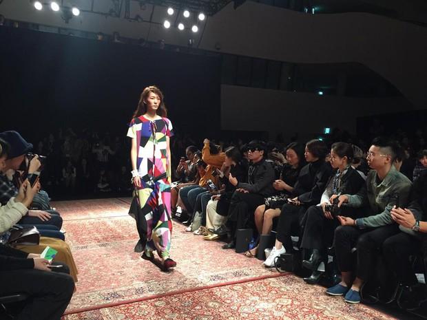 Hoàng Ku, Châu Bùi, Cao Minh Thắng & các fashionista Việt nổi không kém fashionista Hàn tại Seoul Fashion Week - Ảnh 27.