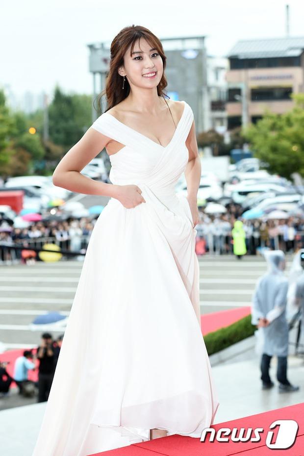Thảm đỏ Oscar Hàn Quốc: Mỹ nhân đua nhau khoe vòng một, tân Hoa hậu - Á hậu bị chê kém sắc - Ảnh 14.