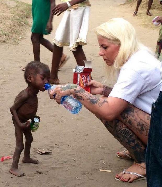 Bức ảnh đau lòng về cậu bé bị bỏ đói đến suýt chết trên đường phố Nigeria - Ảnh 1.
