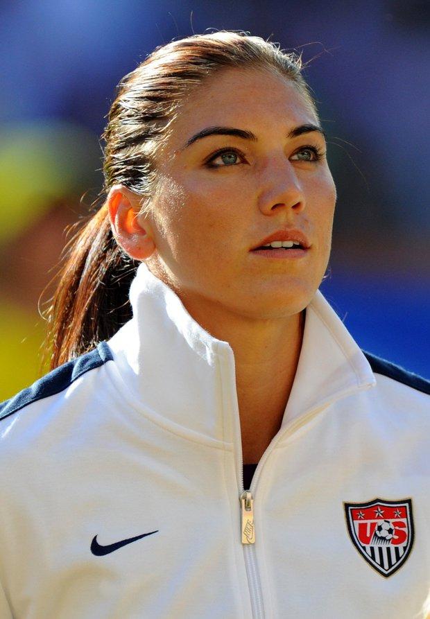 Nữ thủ môn xinh đẹp của tuyển Mỹ khóc lóc, chửi thề vì bị bỏ rơi - Ảnh 2.