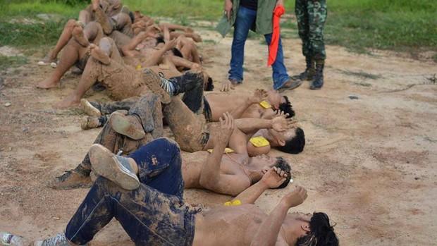 Sinh viên Thái Lan ám ảnh với những trò chơi nhập môn bạo lực, tàn nhẫn - Ảnh 9.