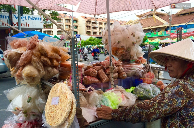 Cũng là món ăn vặt nhưng vì sao bánh tráng trộn ở Sài Gòn chưa bao giờ bão hòa? - Ảnh 2.
