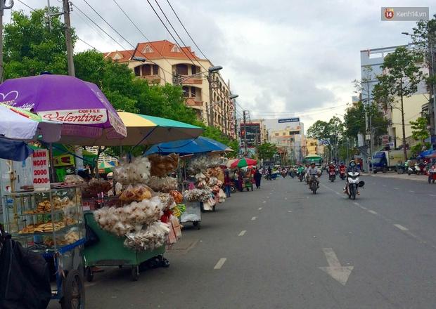 Cũng là món ăn vặt nhưng vì sao bánh tráng trộn ở Sài Gòn chưa bao giờ bão hòa? - Ảnh 1.