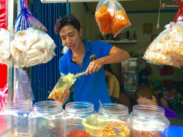 Cũng là món ăn vặt nhưng vì sao bánh tráng trộn ở Sài Gòn chưa bao giờ bão hòa? - Ảnh 3.