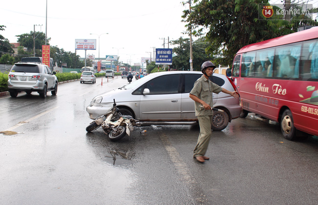 Vợ đang mang thai bị ô tô tông văng xuống đường, chồng đuổi đánh tài xế - Ảnh 1.