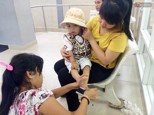 Xót xa trước cảnh hộp sọ của bé trai 2 tuổi bị lõm vì bệnh u não ác tính - Ảnh 2.
