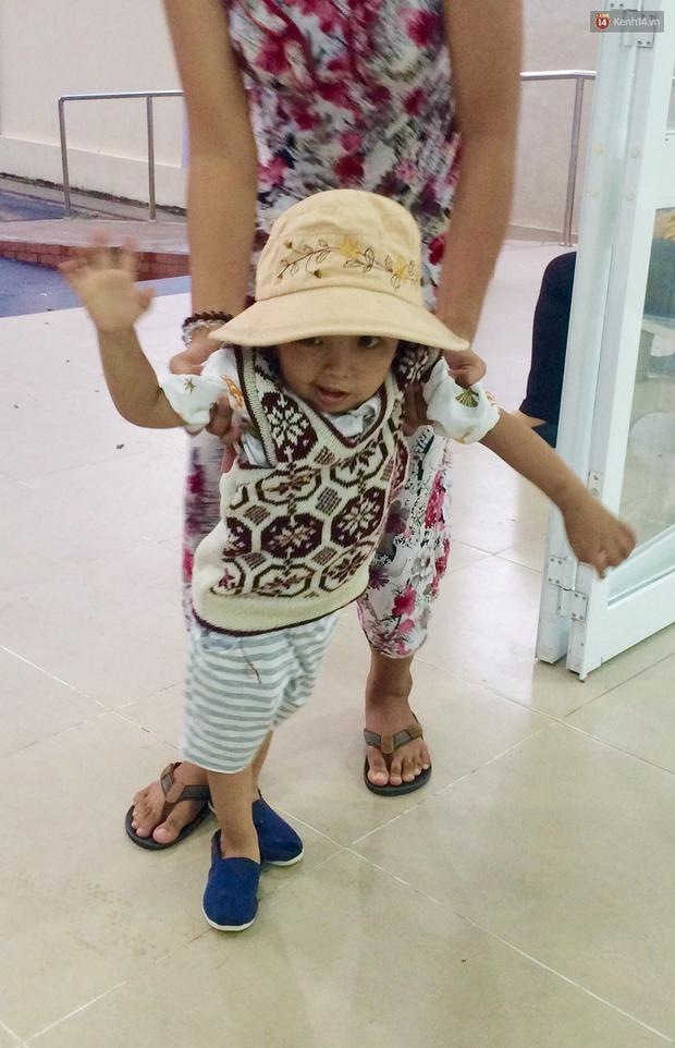 Xót xa trước cảnh hộp sọ của bé trai 2 tuổi bị lõm vì bệnh u não ác tính - Ảnh 3.