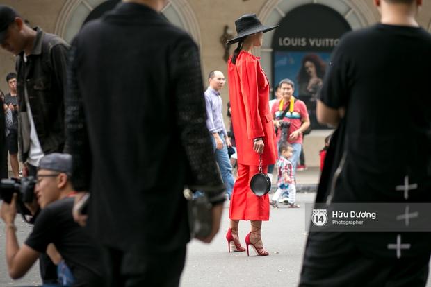 Street style ngày cuối VIFW: Trang Khiếu nổi bật nhất hội với set đồ đỏ rực rỡ - Ảnh 2.