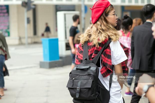 Street style ngày cuối VIFW: Trang Khiếu nổi bật nhất hội với set đồ đỏ rực rỡ - Ảnh 14.