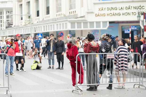 Street style ngày cuối VIFW: Trang Khiếu nổi bật nhất hội với set đồ đỏ rực rỡ - Ảnh 5.