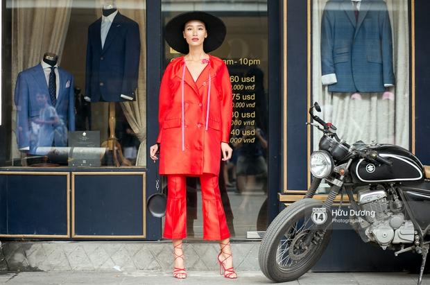 Street style ngày cuối VIFW: Trang Khiếu nổi bật nhất hội với set đồ đỏ rực rỡ - Ảnh 1.