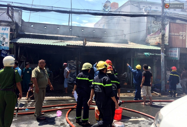 Cụ già 90 tuổi kêu cứu trong căn nhà bốc cháy dữ dội giữa trưa ở Sài Gòn - Ảnh 4.