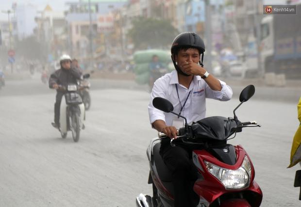 Sau chạy nắng và chạy mưa, người Sài Gòn lại nhắm mắt bịt mũi để chạy... bụi - Ảnh 7.