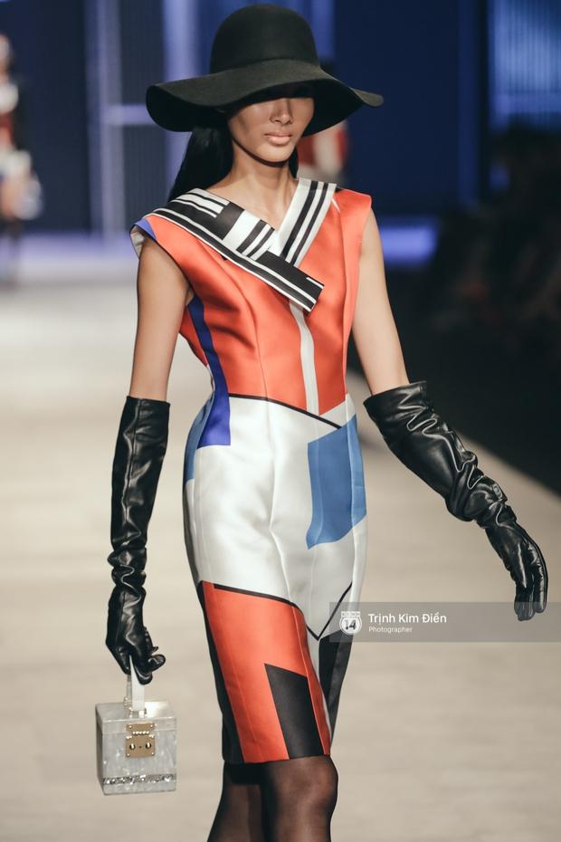 Phí Phương Anh lại xuất hiện trên sàn diễn thời trang, đọ trình catwalk cùng đàn chị - Ảnh 8.