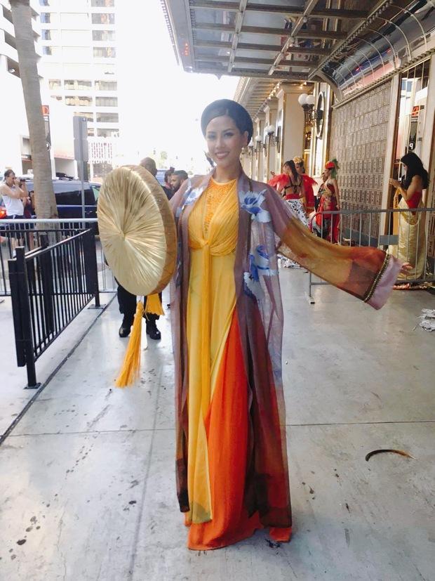 Nguyễn Thị Loan diện áo tứ thân, tự tin múa uyển chuyển tại Hoa hậu Hòa bình Quốc tế 2016 - Ảnh 1.