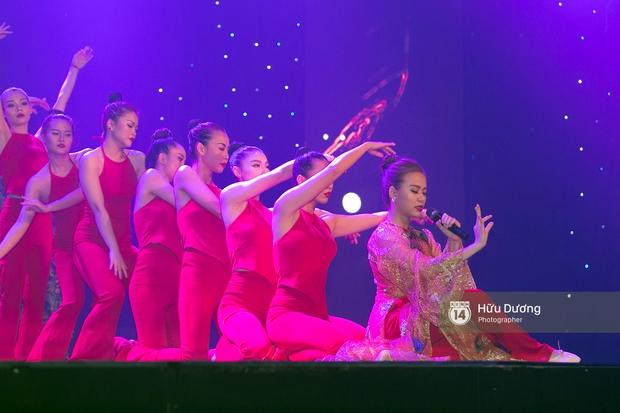 Noo Phước Thịnh diện cây hàng hiệu gần 500 triệu lên thảm đỏ, diễn lôi cuốn trên sân khấu - Ảnh 9.
