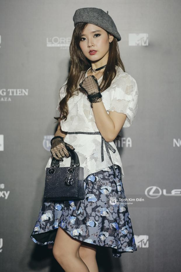 Vietnam International Fashion Week ngày cuối: Midu vẫn giữ style nữ tính trên thảm đỏ cùng dàn Hoa hậu, Á hậu - Ảnh 2.
