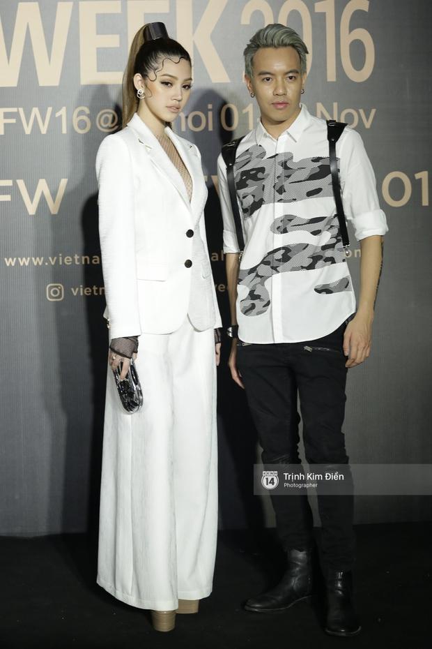 Vietnam International Fashion Week ngày cuối: Midu vẫn giữ style nữ tính trên thảm đỏ cùng dàn Hoa hậu, Á hậu - Ảnh 12.