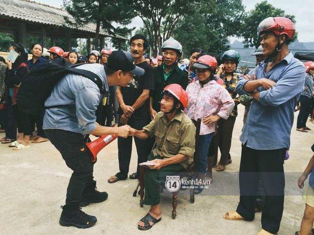 Clip: Không chỉ là phần quà cứu trợ, Phan Anh còn mang đến đây cả lời động viên và nụ cười ấm áp - Ảnh 5.