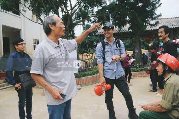 Clip: Không chỉ là phần quà cứu trợ, Phan Anh còn mang đến đây cả lời động viên và nụ cười ấm áp - Ảnh 4.