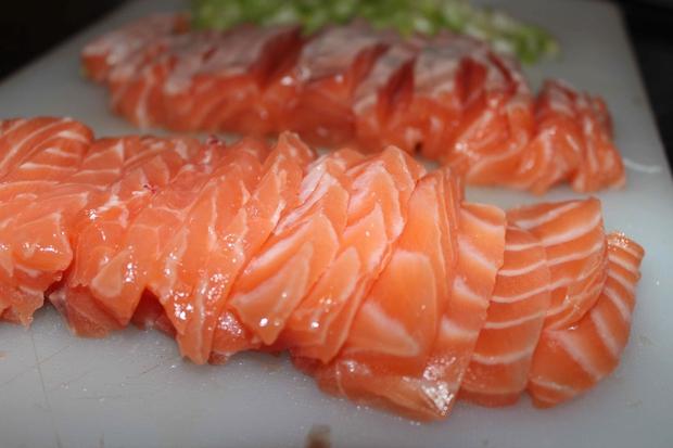 Hãy nghĩ cho thật kỹ trước khi định ăn cá hồi sống, bởi vì... - Ảnh 1.