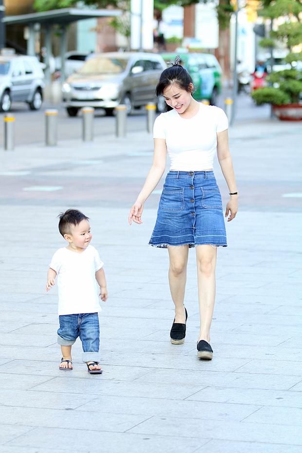 Vy Oanh lái xế sang, diện đồ đôi cùng con trai đi dạo cực đáng yêu - Ảnh 8.