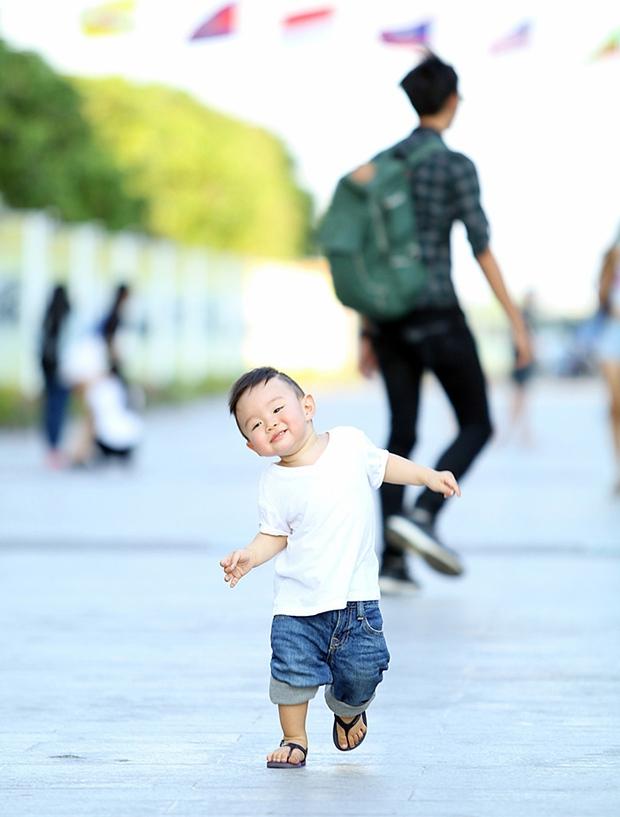 Vy Oanh lái xế sang, diện đồ đôi cùng con trai đi dạo cực đáng yêu - Ảnh 9.