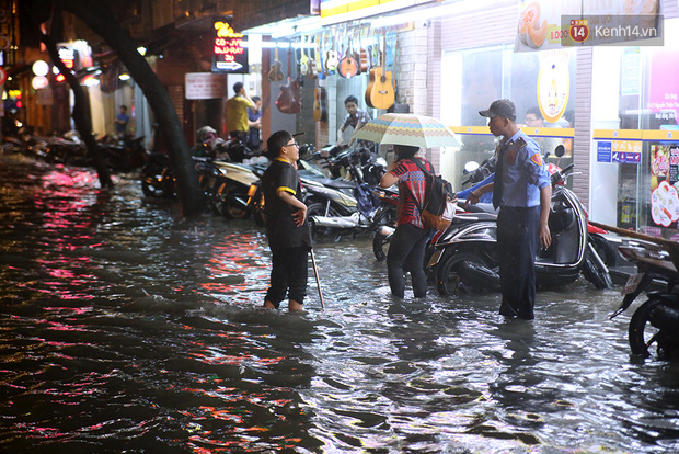 Khổ như dân công sở Sài Gòn ngày mưa lịch sử: cước Uber tăng gấp 5, 10h đêm vẫn chờ nước rút - Ảnh 1.