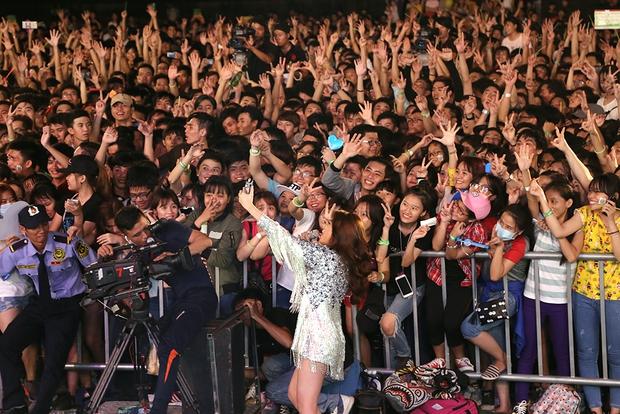 Sơn Tùng M-TP chất lừ, Hoàng Thùy Linh gợi cảm khiến 20.000 sinh viên muốn phá rào tiếp cận - Ảnh 12.