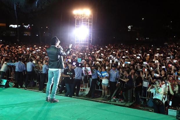 Sơn Tùng M-TP chất lừ, Hoàng Thùy Linh gợi cảm khiến 20.000 sinh viên muốn phá rào tiếp cận - Ảnh 3.