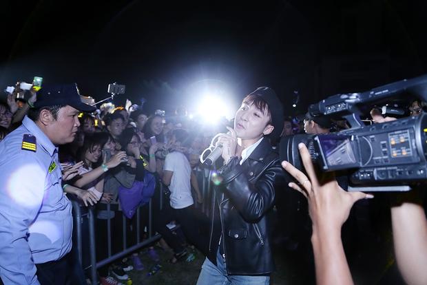 Sơn Tùng M-TP chất lừ, Hoàng Thùy Linh gợi cảm khiến 20.000 sinh viên muốn phá rào tiếp cận - Ảnh 7.