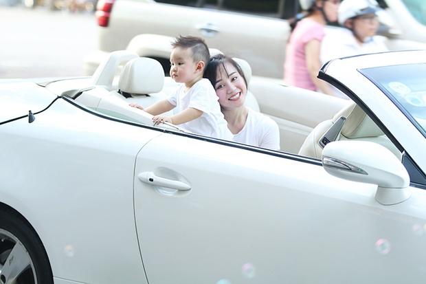 Vy Oanh lái xế sang, diện đồ đôi cùng con trai đi dạo cực đáng yêu - Ảnh 3.