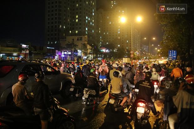 Khổ như dân công sở Sài Gòn ngày mưa lịch sử: cước Uber tăng gấp 5, 10h đêm vẫn chờ nước rút - Ảnh 7.