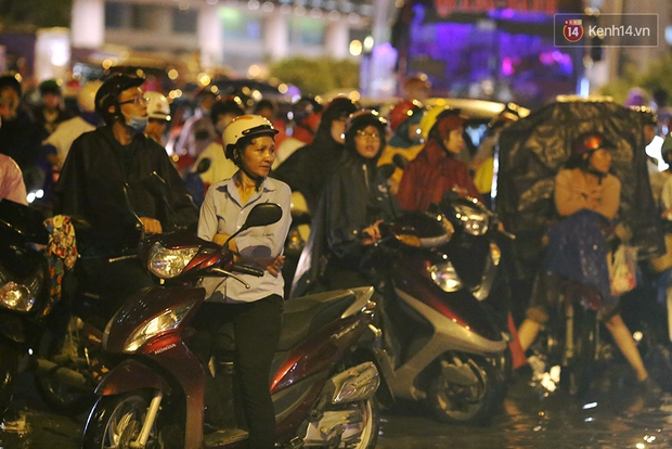 Khổ như dân công sở Sài Gòn ngày mưa lịch sử: cước Uber tăng gấp 5, 10h đêm vẫn chờ nước rút - Ảnh 14.