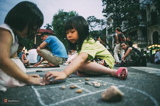 Gặp gỡ nhóm bạn trẻ mang trò chơi dân gian đến giữa lòng phố đi bộ ở Hà Nội - Ảnh 15.