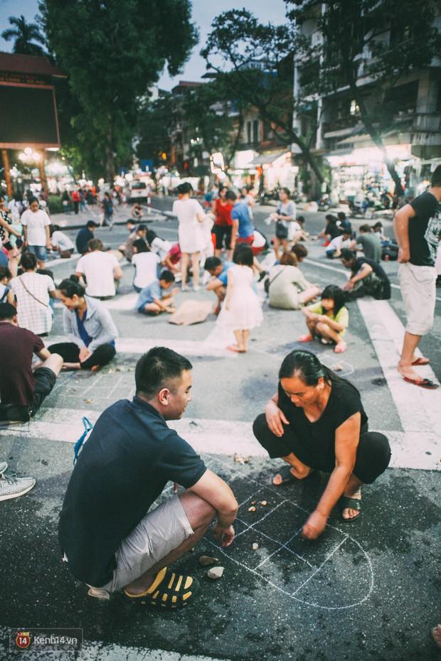 Gặp gỡ nhóm bạn trẻ mang trò chơi dân gian đến giữa lòng phố đi bộ ở Hà Nội - Ảnh 11.