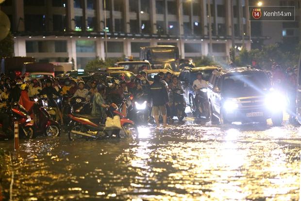 Khổ như dân công sở Sài Gòn ngày mưa lịch sử: cước Uber tăng gấp 5, 10h đêm vẫn chờ nước rút - Ảnh 4.