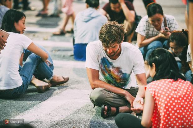 Gặp gỡ nhóm bạn trẻ mang trò chơi dân gian đến giữa lòng phố đi bộ ở Hà Nội - Ảnh 17.