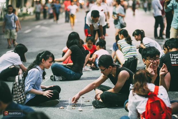 Gặp gỡ nhóm bạn trẻ mang trò chơi dân gian đến giữa lòng phố đi bộ ở Hà Nội - Ảnh 4.