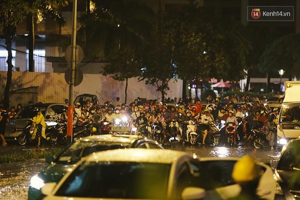 Khổ như dân công sở Sài Gòn ngày mưa lịch sử: cước Uber tăng gấp 5, 10h đêm vẫn chờ nước rút - Ảnh 18.