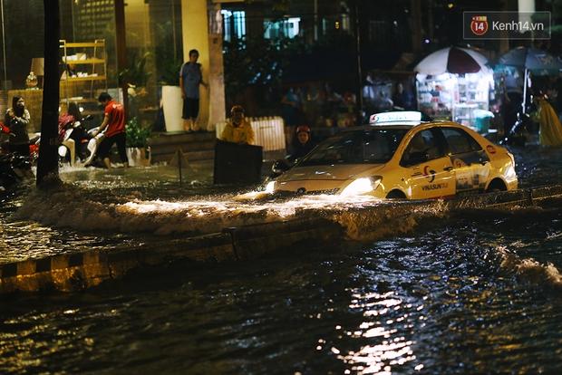 Khổ như dân công sở Sài Gòn ngày mưa lịch sử: cước Uber tăng gấp 5, 10h đêm vẫn chờ nước rút - Ảnh 9.