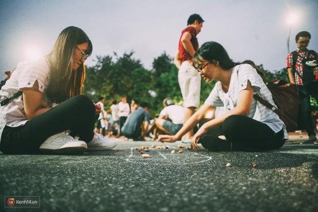 Gặp gỡ nhóm bạn trẻ mang trò chơi dân gian đến giữa lòng phố đi bộ ở Hà Nội - Ảnh 2.