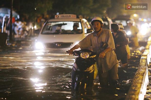 Khổ như dân công sở Sài Gòn ngày mưa lịch sử: cước Uber tăng gấp 5, 10h đêm vẫn chờ nước rút - Ảnh 16.