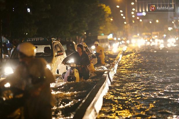Khổ như dân công sở Sài Gòn ngày mưa lịch sử: cước Uber tăng gấp 5, 10h đêm vẫn chờ nước rút - Ảnh 5.