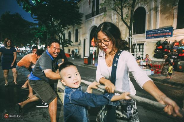 Gặp gỡ nhóm bạn trẻ mang trò chơi dân gian đến giữa lòng phố đi bộ ở Hà Nội - Ảnh 3.