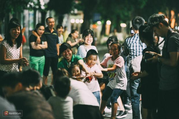 Gặp gỡ nhóm bạn trẻ mang trò chơi dân gian đến giữa lòng phố đi bộ ở Hà Nội - Ảnh 20.