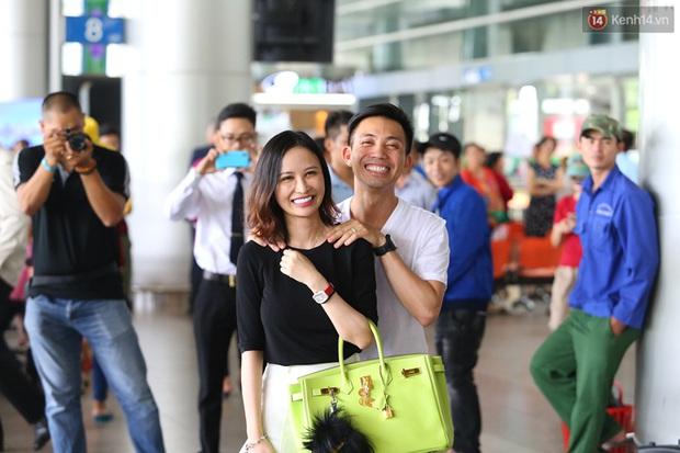 Minh Nhựa ra sân bay đón vợ con từ Hàn Quốc trở về sau những ngày vật vã đòi tự tử - Ảnh 6.