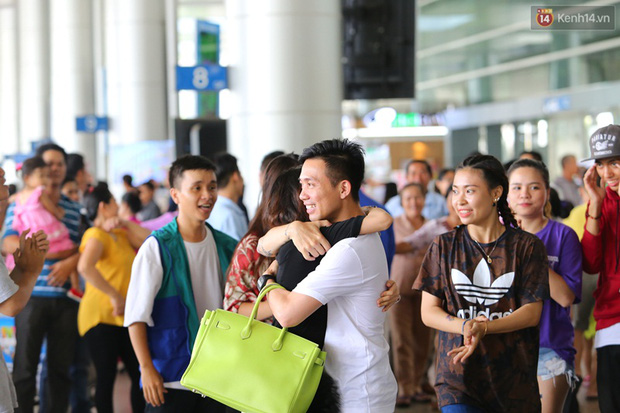 Minh Nhựa ra sân bay đón vợ con từ Hàn Quốc trở về sau những ngày vật vã đòi tự tử - Ảnh 7.